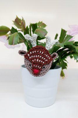 Crochet reindeer brooch - free crochet pattern