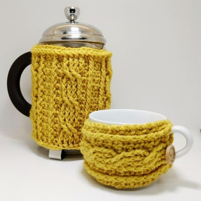 Easy crochet cable cafetiere cosy - free crochet pattern by Crochet Cloudberry
