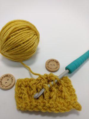 Easy crochet cable mug cosy - free crochet pattern by Crochet Cloudberry